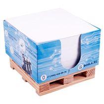 Блок на 500 листов в диспенсере на деревянной палете