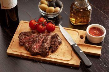 Разделочная доска и нож для стейка «Steak», в интерьере