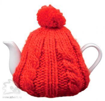 Чайник в теплой вязаной шапочке, красной