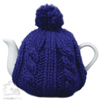 Чайник в теплой вязаной шапочке, синей