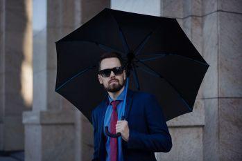 Зонт-трость с цветными спицами «Color Power», синий, пример использования