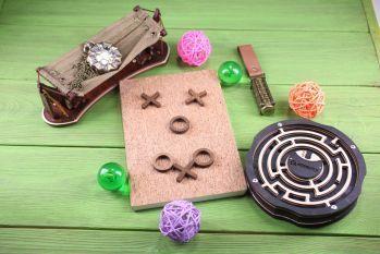 Настольная игра «Крестики-нолики» с другими сувенирами из дерева